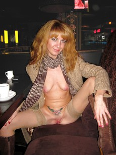 Skinny redhead MILF making hundreds nude photos,..